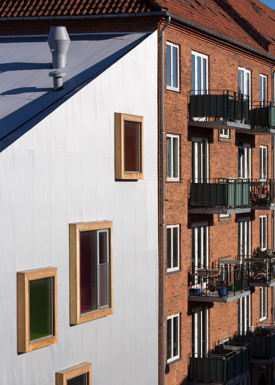 Lạ lẫm với nhà hình chữ L góc cạnh nhiều cửa sổ