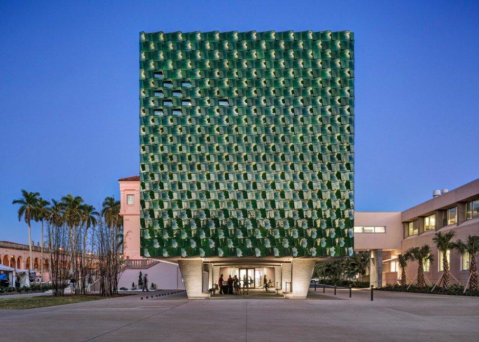Ngắm tòa nhà hình hộp xanh ngọc bích