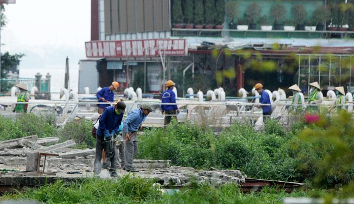 Thực hiện tháo dỡ công trình vi phạm tại khu vực Hồ Tây, Hà Nội. Ảnh: Chiến Công