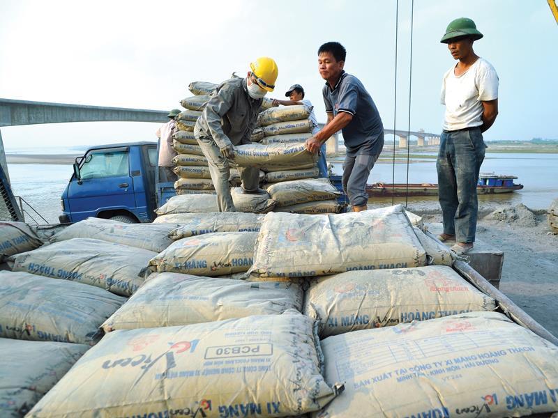 Xi măng tăng giá, giảm lượng tiêu thụ trong tháng 5