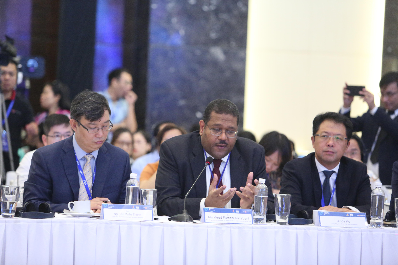 ông Alwaleed Fareed Alatabani, chuyên gia trưởng thị trường Tài chính Việt Nam của World Bank (WB)  (giữa)
