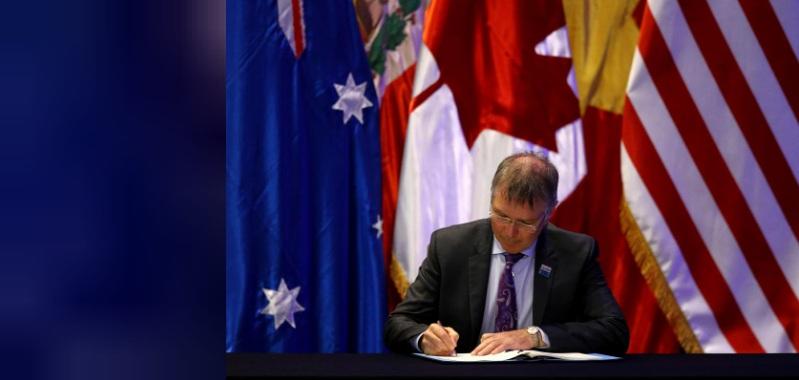 Ông David Parker – Bộ trưởng Bộ Thương mại và Xuất khẩu tăng trưởng của New Zealand ký Hiệp định đối tác Xuyên Thái Bình Dương (TPP) tại Santiago, Chile vào ngày 08/03/2018. Ảnh: Reuters