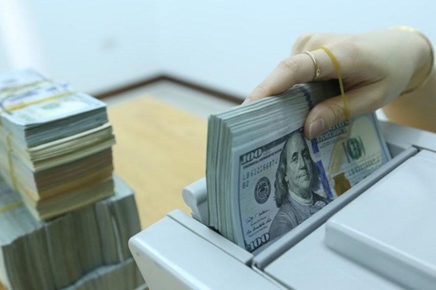 Tỷ giá USD trên thị trường tự do thấp hơn giá mua bán USD tại ngân hàng