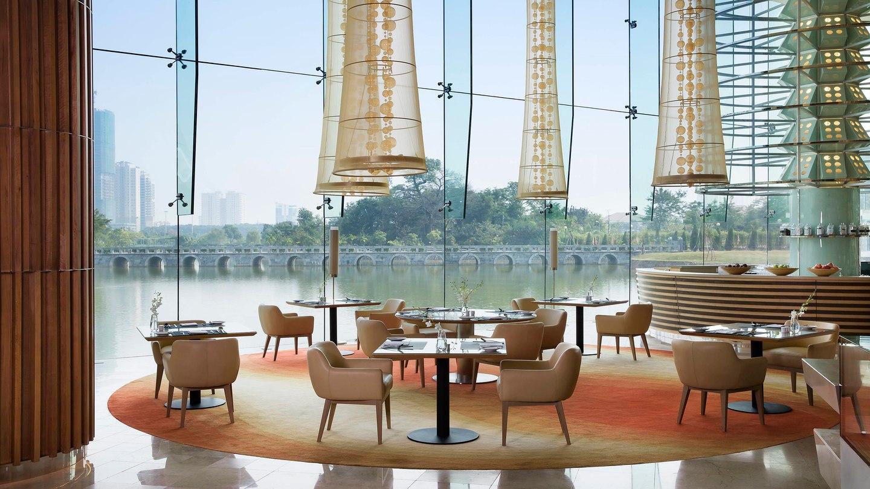 Chiêm ngưỡng khách sạn 5 sao được Tổng thống Donald Trump chọn làm nơi nghỉ ngơi tại Hà Nội