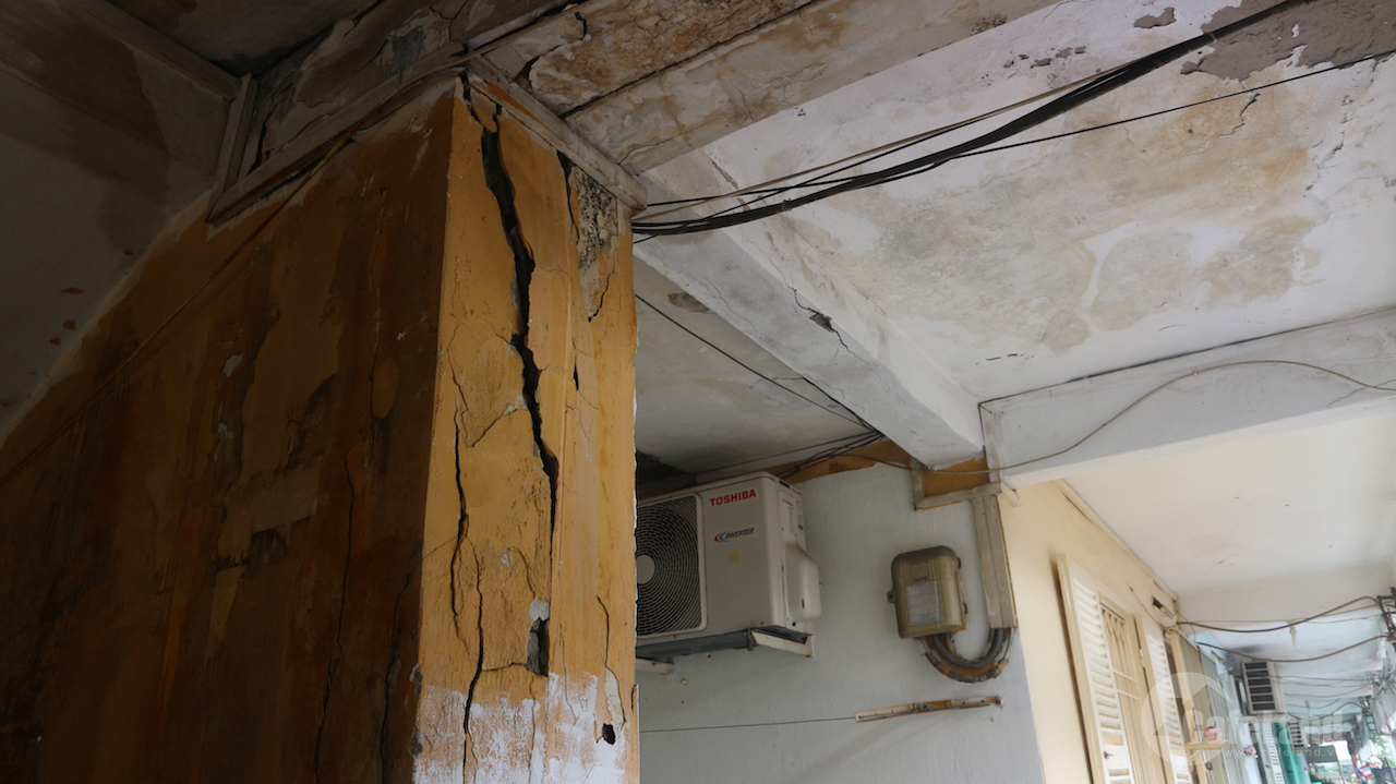 Sống run rẩy trong chung cư cũ nát