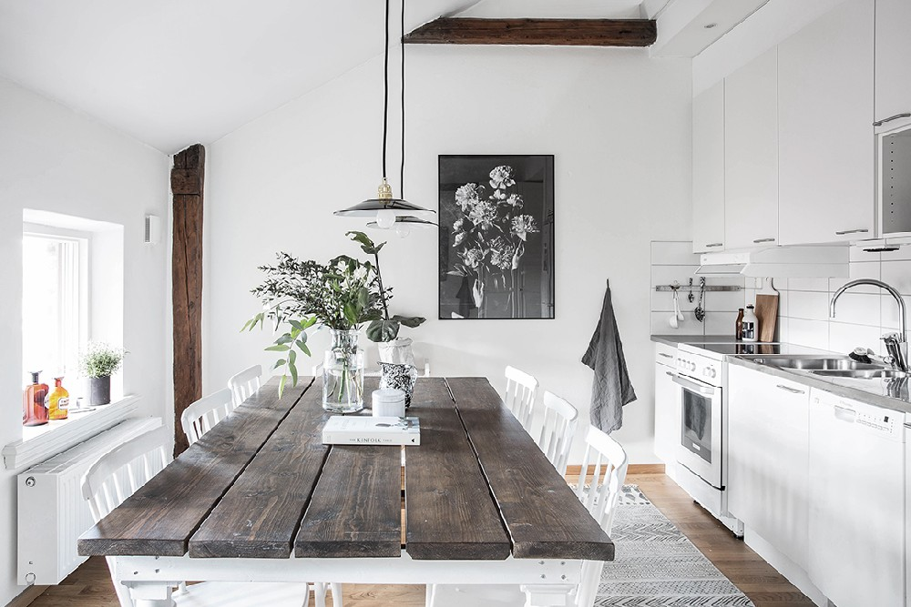 Căn hộ đen trắng đẹp mộc mạc nhờ nội thất bằng gỗ