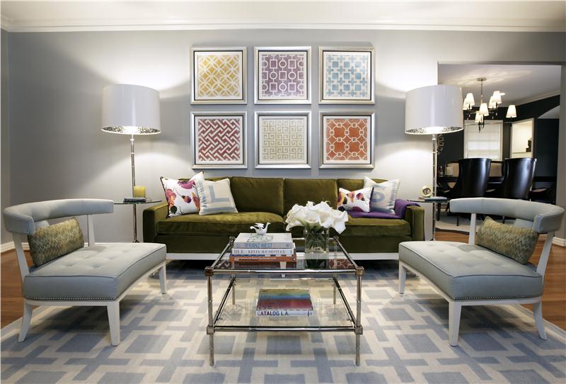 Tạo điểm nhấn cho phòng bằng ghế sofa đậm màu