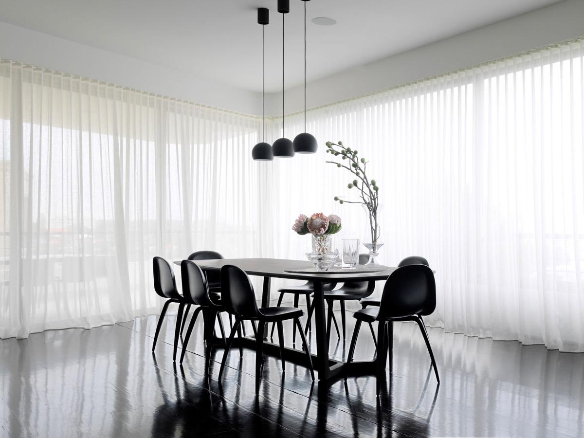 Phòng ăn đen trắng đơn giản nhưng ngắm là mê