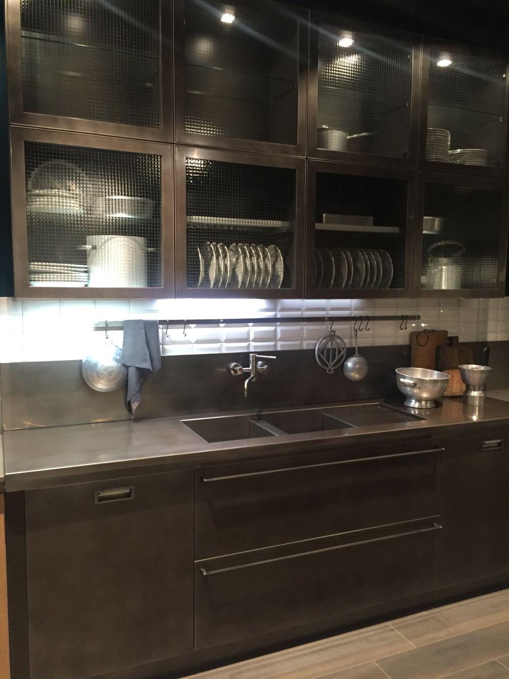 Những thiết kế tinh tế đưa tủ kính vào phòng bếp