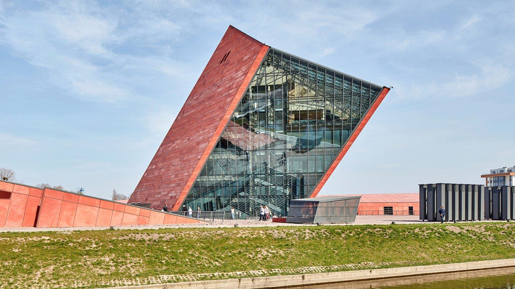 Ấn tượng với kiến trúc tòa tháp đổ độc đáo ở Ba Lan