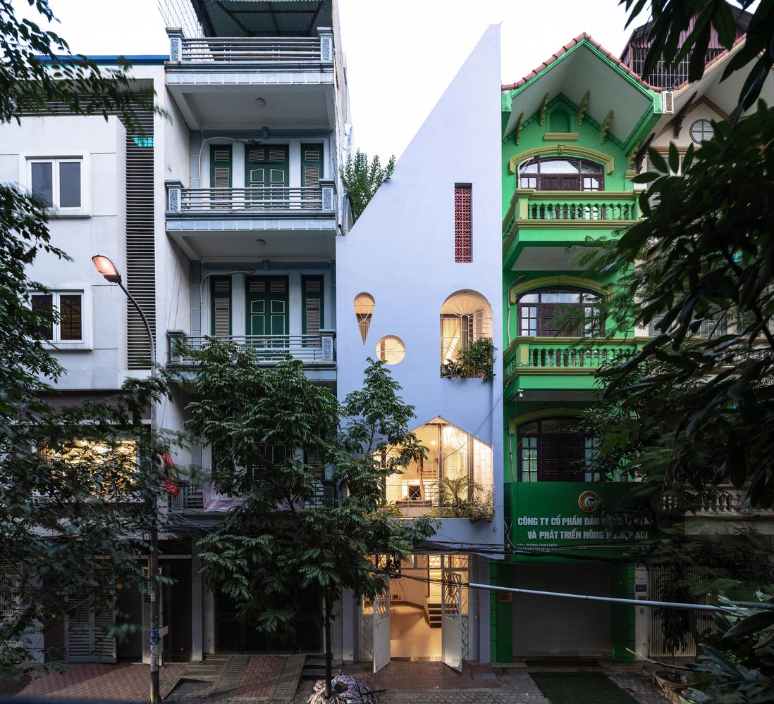 Nhà phố mái lệch nổi bật cả khu phố ở Hà Nội