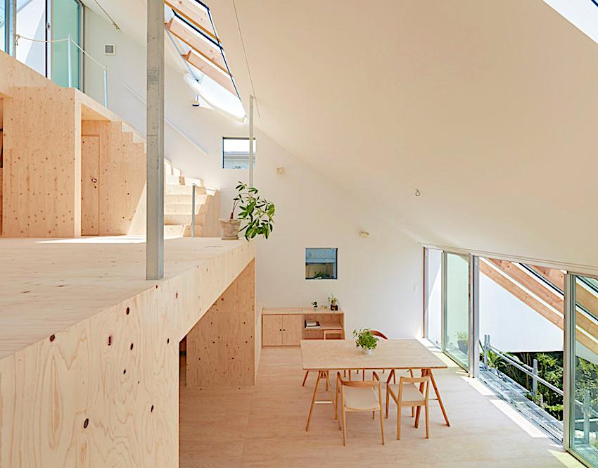 Căn nhà rộng thoáng với mái nghiêng độc đáo