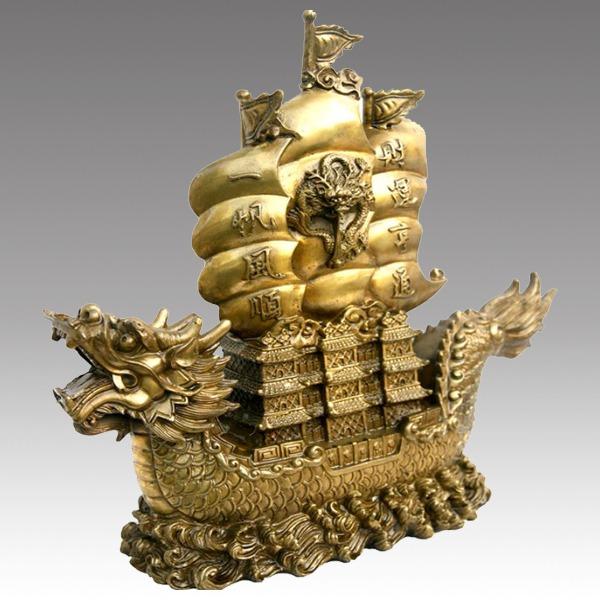 Tượng đồng hình con thuyền dong buồm ra khơi mang ý nghĩa cầu chúc công danh thuận buồm xuôi gi