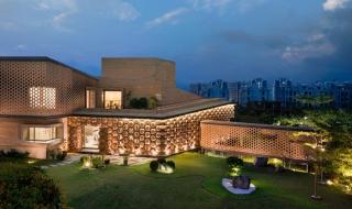 """Ngôi nhà có thiết kế mặt tiền """"tổ ong"""" độc đáo ở Ấn Độ"""