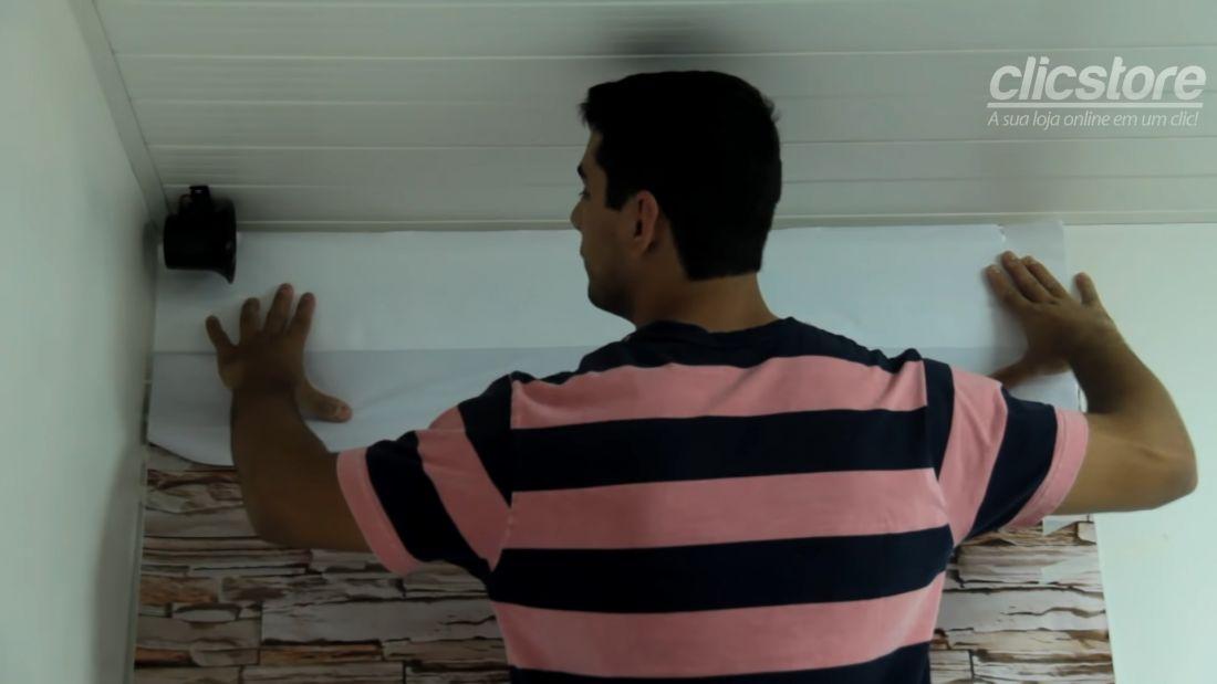 Tiến hành bóc lớp keo để tách riêng phần keo phía trước và phần lớp giấy phía sau. Lớp giấy này được gấp vào phía bên trong mặt tường.