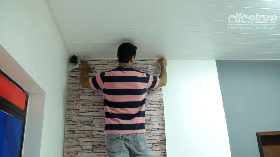 Sau khi đã gấp mép giấy vào trong, bạn lấy lớp keo phía trước và dán lên mặt tường. Cố định hai điểm của tờ giấy để dán không bị lệnh.