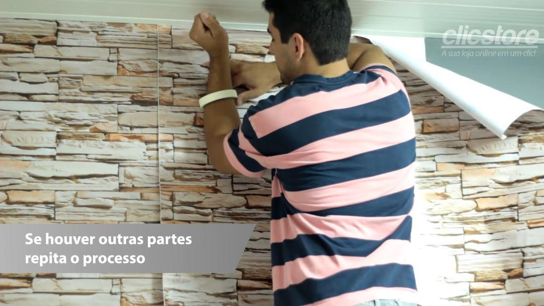 Với miếng dán thứ hai, bạn căn cho đúng hoa văn rồi cũng cố định hai đầu giấy bằng băng dính, sau đó thực hiện tương tự các bước dán giấy như trên.