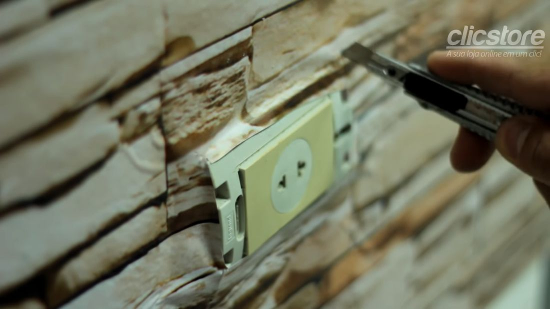 Sau khi hoàn thành dán giấy dán tường, bạn sử dụng dao cắt giấy nhỏ để rạch những đường xung quanh ổ điện, công tắc điện và lắp lớp bảo vệ bên ngoài trở về như cũ.