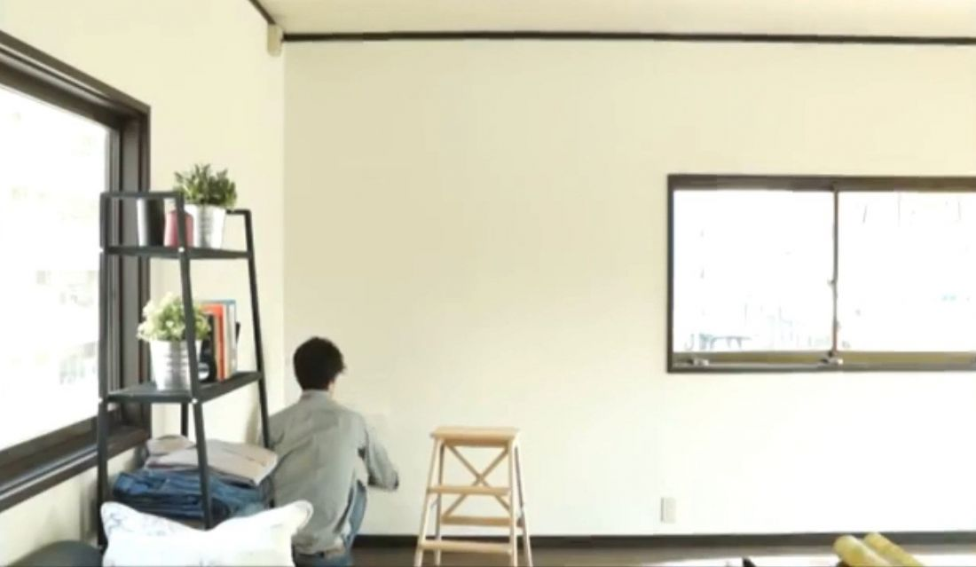 Ở cách này bạn cũng phải xử lý tường sạch, khô, phẳng và tháo các vật dụng trên tường trước khi dán.
