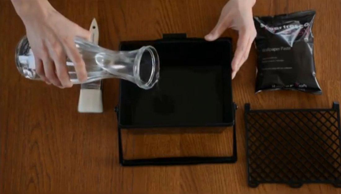 Tiến hành pha keo: Có hai loại keo hay sử dụng cho dán tường là keo sữa (keo 315) và keo bột. Keo sữa có tác dụng chống nấm mốc còn keo bột chống ẩm cho tường. Khi trộn hai loại keo này, các bạn nên chờ 5 phút để cho keo nở và tan đều.