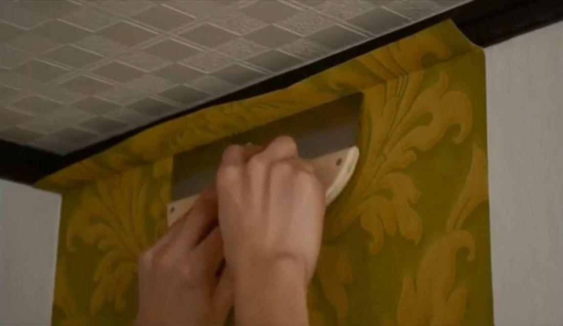 Khi dán xong các tấm cơ bản, bạn dùng thước, bàn gạt căn thẳng chỉ rồi dùng dao sắc dọc giấy cho phẳng các cạnh.