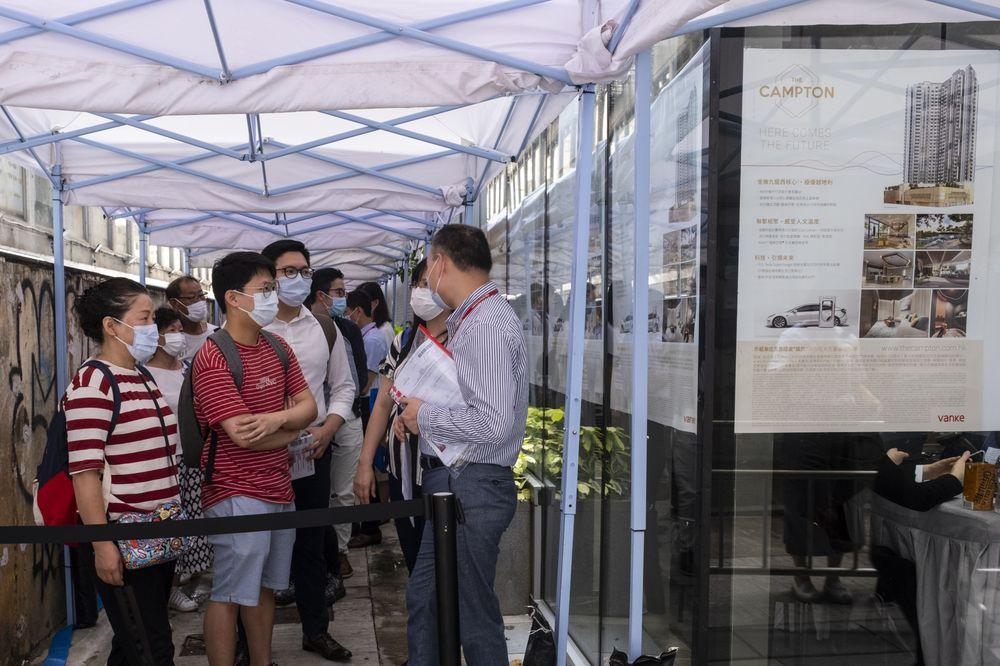 Người Hong Kong xếp hàng chờ mua bất động sản