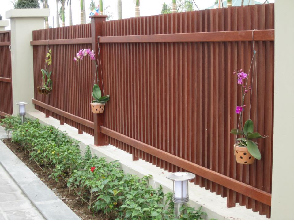 Mẫu hàng rào gỗ đơn giản, mộc mạc.