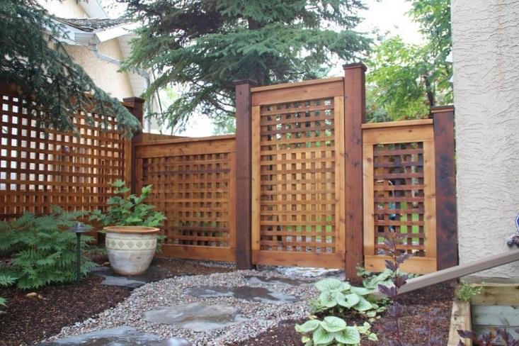 Mẫu hàng rào từ những thanh gỗ nhỏ xếp thành những ô vuông đều nhau vừa giúp thông gió vừa mang lại ánh sáng cho không gian.