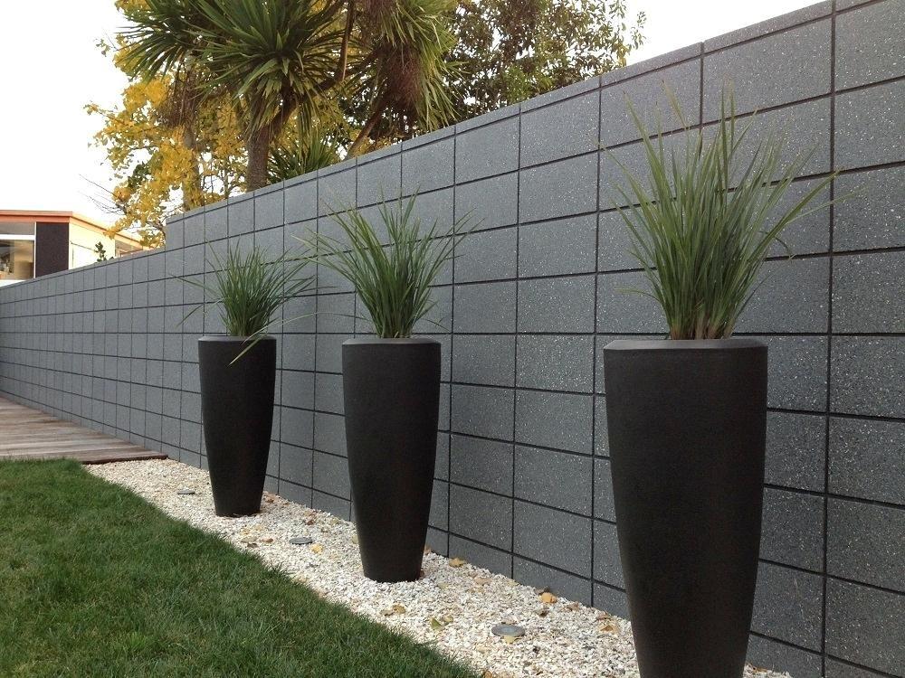 Mẫu hàng rào từ những khối bê tông xếp chồng tạo đường rãnh đẹp mắt.