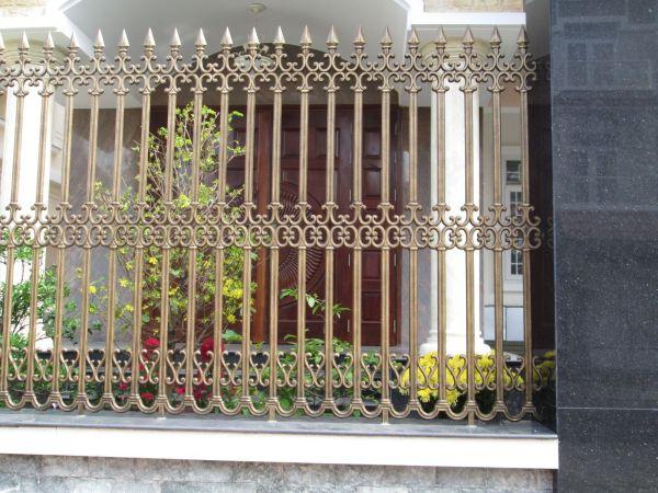 Mẫu hàng rào bằng nhôm đúc với các chi tiết hoa văn được chạm khắc tinh xảo mang lại vẻ đẹp sang trọng cho biệt thự.