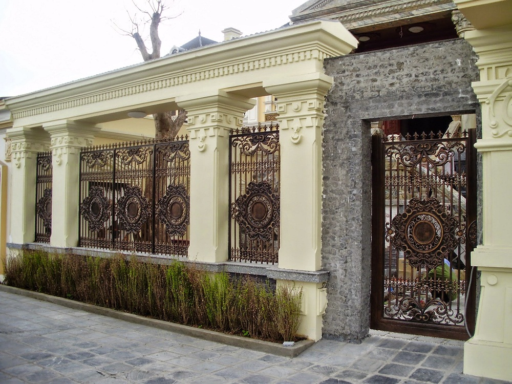 Mẫu hàng rào xây đẹp bằng nhôm đúc thứ hai cho biệt thự.