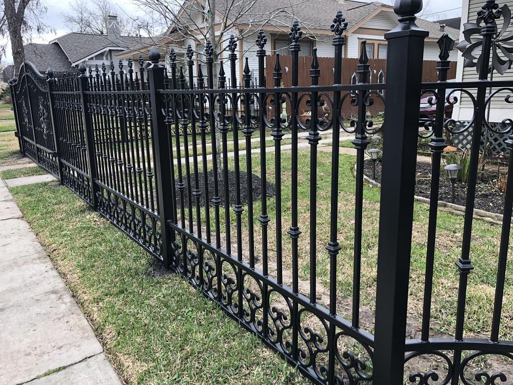 Mẫu hàng rào bằng sắt với hoa văn cách điệu cho biệt thự.