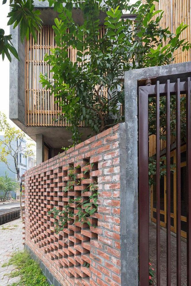 Mẫu hàng rào bằng gạch được xếp đan xen có tác dụng thông gió, chiếu sáng cho không gian nhà ở.