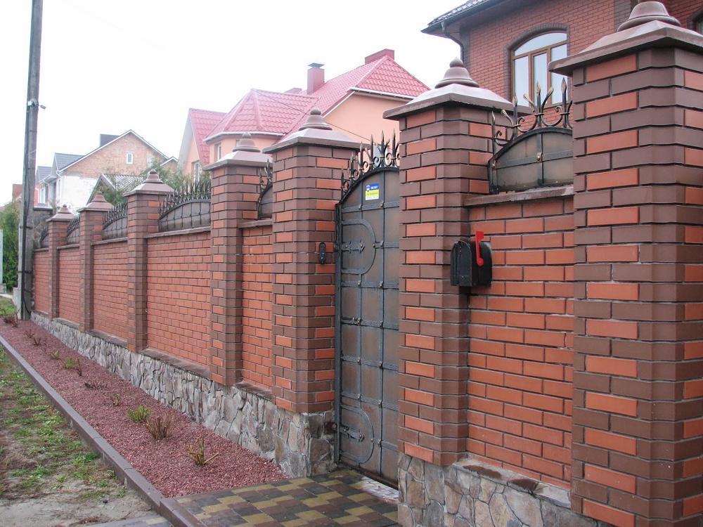Mẫu hàng rào bằng gạch hai màu xếp chồng đơn giản nhưng đẹp.