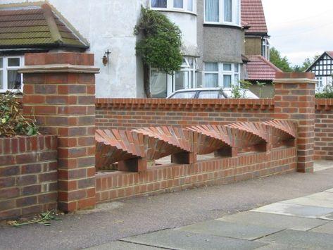 Mẫu hàng rào bằng gạch kiểu dáng uốn lượn độc đáo cho biệt thự.