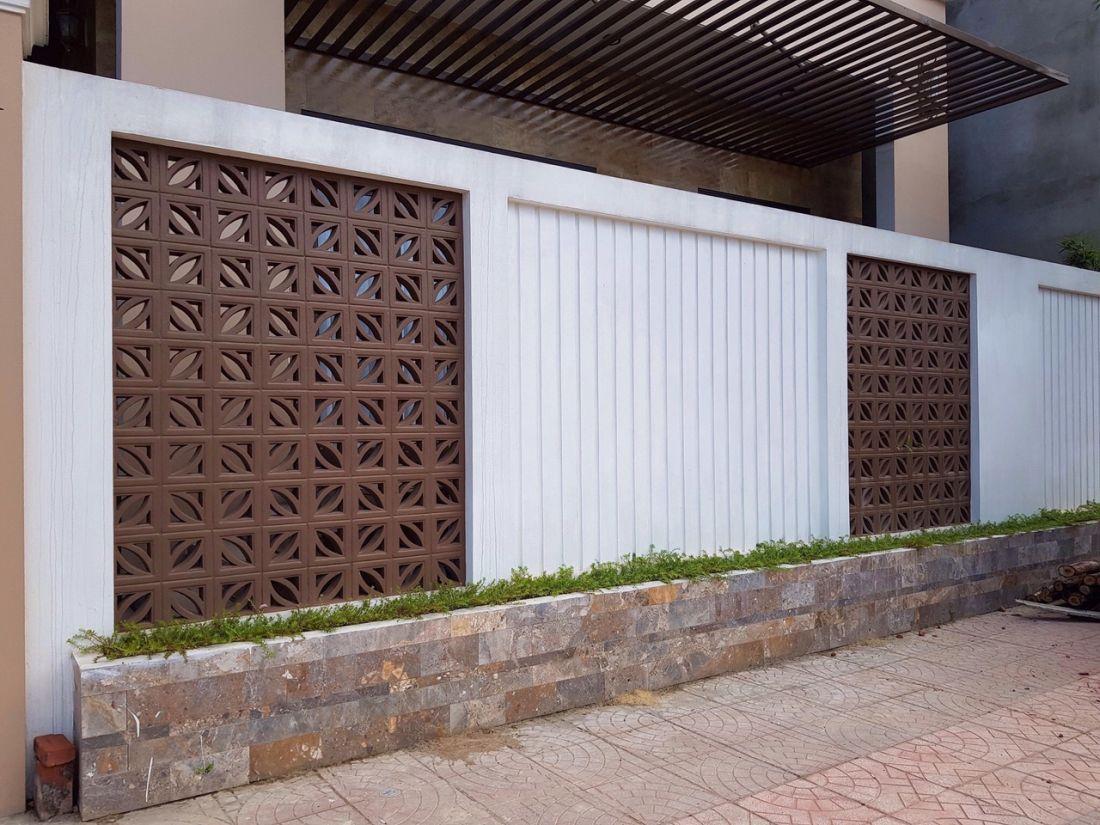 Mẫu hàng rào sử dụng gạch bông thông gió kết hợp với gạch đá và bê tông hiện đại.