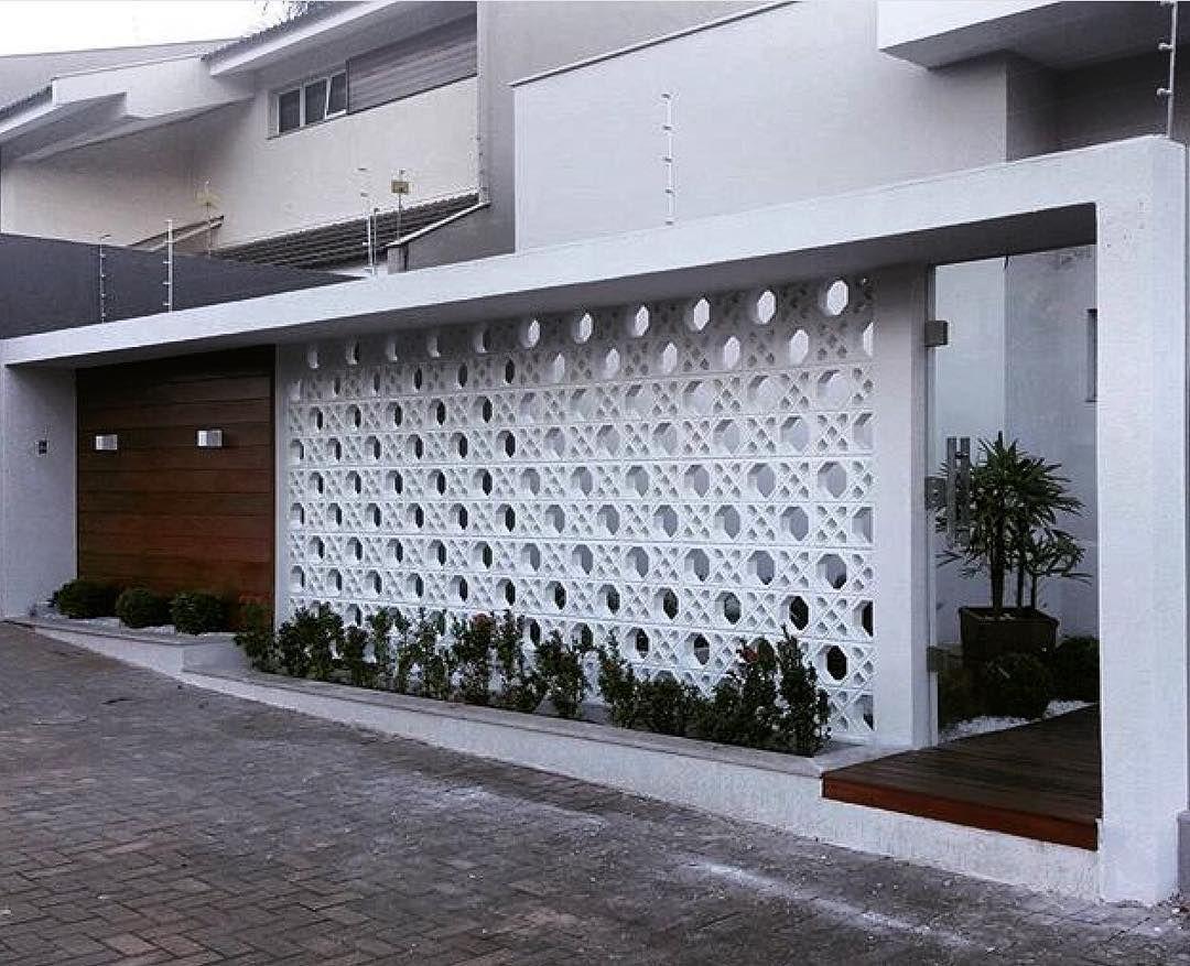 Mẫu hàng rào gạch bông thông gió kết hợp gỗ tự nhiên dành cho thiết kế biệt thự hiện đại, mang lại sự thông thoáng tối đa.