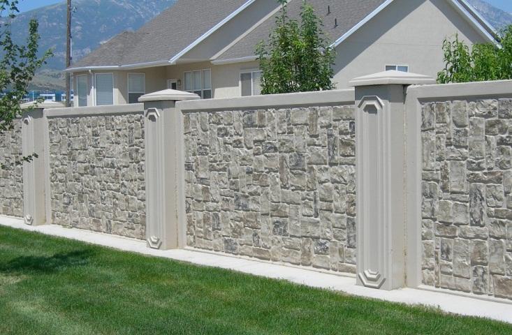 Mẫu hàng rào bằng đá tự nhiên trắng, xám được sắp xếp đan xen theo một quy tắc nhất định cho biệt thự đẹp.