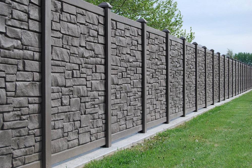 Mẫu hàng rào bằng đá tự nhiên xám đen xen kẽ bê tông mang vẻ ngoài rắn chắn, trường tồn theo thời gian.