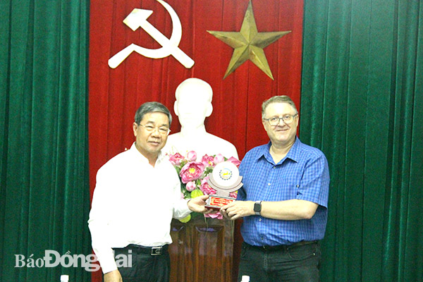 Phó chủ tịch UBND tỉnh Nguyễn Quốc Hùng tặng quà lưu niệm cho ông Troels Jakobsen, Tham tán thương mại Đại sứ quán Đan Mạch tại Việt Nam.