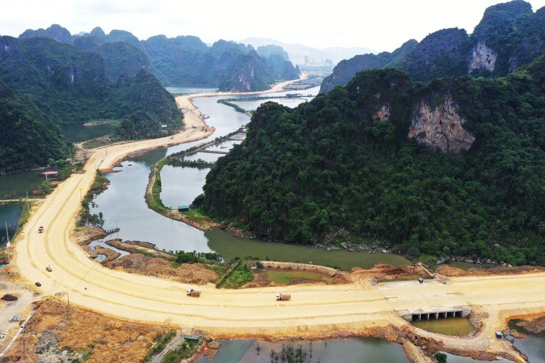 Tuyến đường bao biển Hạ Long - Cẩm Phả đang được các nhà thầu đẩy nhanh thi công, phấn đấu đưa vào khai thác trong năm 2020.
