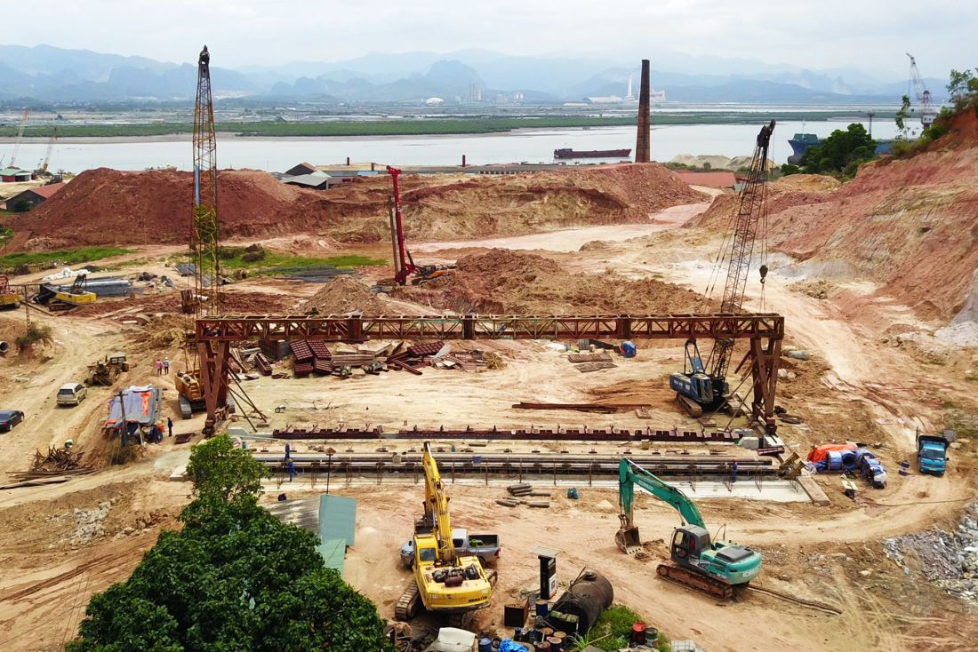 Đường nối KCN Cái Lân với cao tốc Hạ Long - Vân Đồn đang được các nhà thầu thi công bóc hữu cơ, đắp nền đường K95, xử lý nền đất yếu.