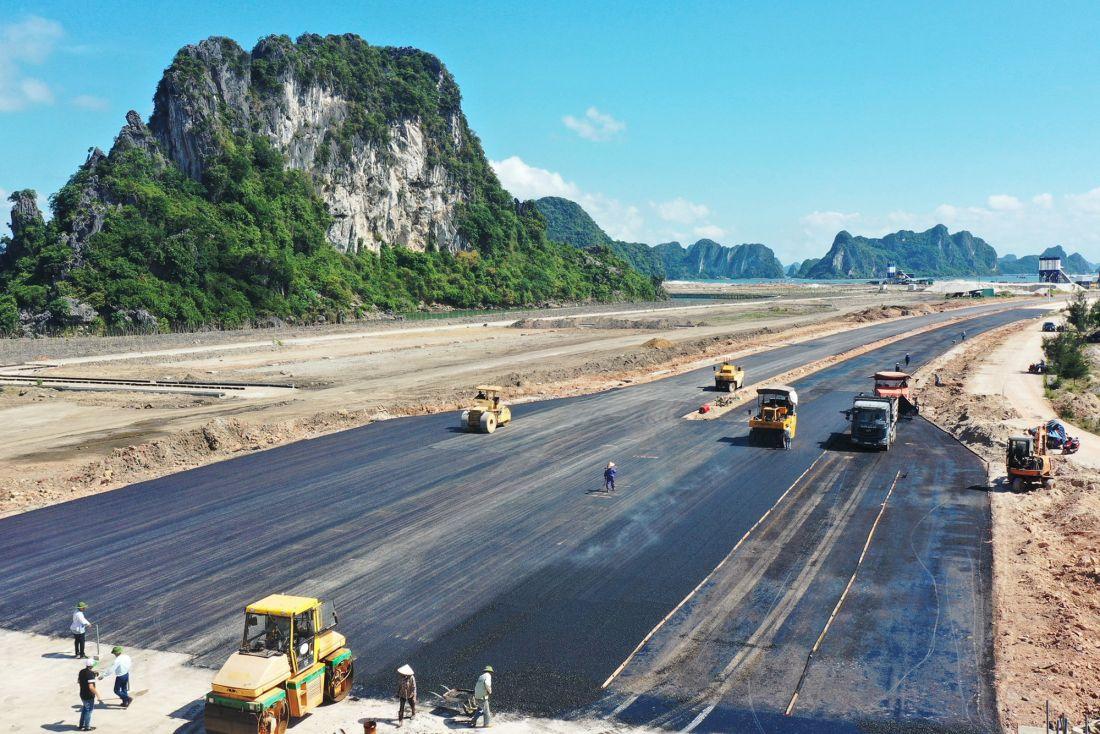 Tuyến đường trục chính trung tâm Khu đô thị Cái Rồng (huyện Vân Đồn) bắt đầu thi công thảm nhựa mặt đường, dự kiến hoàn thành trong năm 2020.