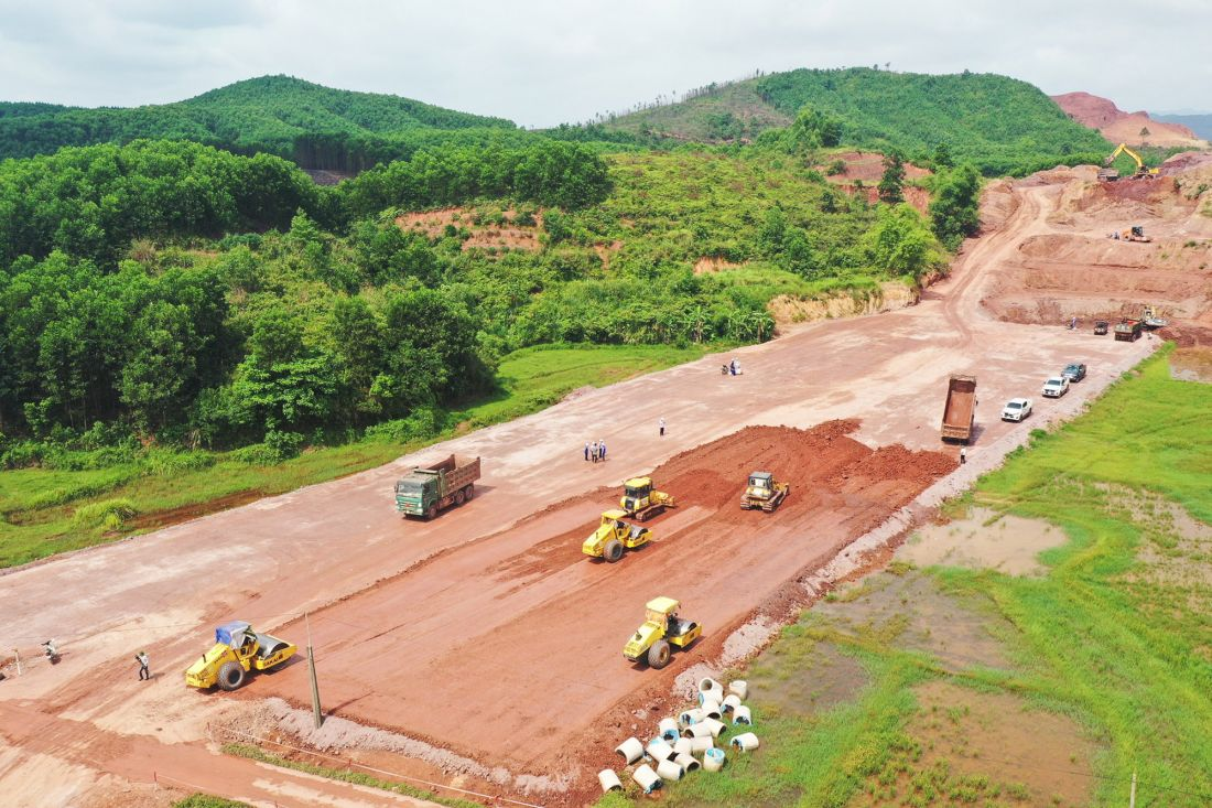 Thi công hạng mục đào đắp nền đường, cao tốc Vân Đồn - Móng Cái.