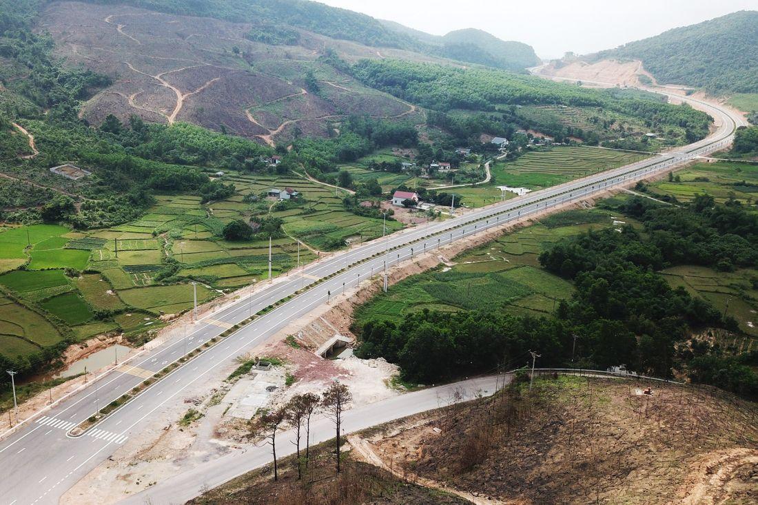 Đường nối sân bay Vân Đồn với Khu phức hợp nghỉ dưỡng cao cấp đã hoàn thành tuyến chính; nút giao Bình Dân nối với cao tốc Vân Đồn - Móng Cái dự kiến hoàn thành trong tháng 7/2020.