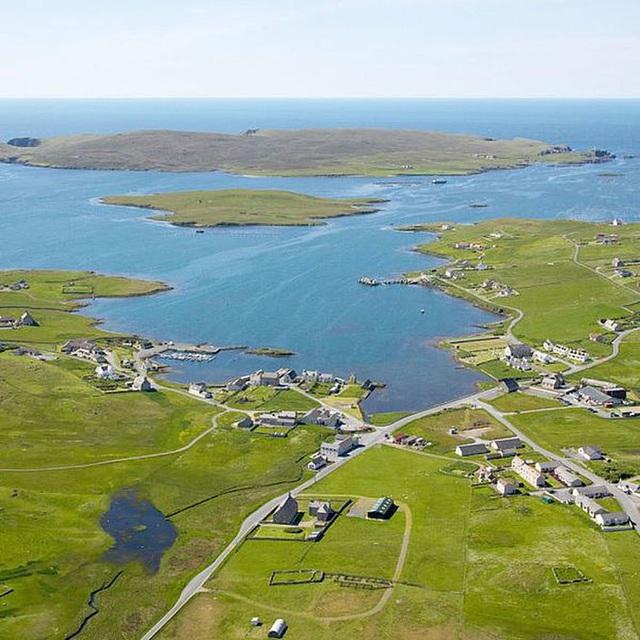 Một hòn đảo tại Scotland, Vương quốc Anh đang được rao bán với mức giá còn thấp hơn cả một căn hộ tại thành phố New York: 300 ngàn USD (khoảng gần 7 tỷ đồng) cho gần 64 mẫu đất Anh (tương đương với hơn 25 hecta). Đây là nơi lý tưởng để mọi người cho thể
