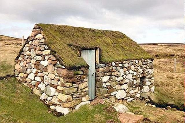 Được biết hòn đảo này nằm gần lục địa Na uy và quần đảo Faroe hơn Scotland, hòn đảo bình dị này là một mảnh đất hoang sơ, với vẻ đẹp yên bình.