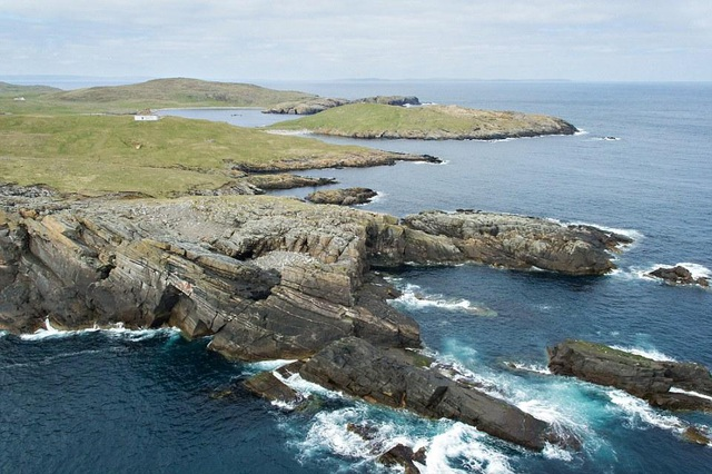 """Thực tế, đây không phải hòn đảo duy nhất được bán với mức giá """"sốc"""". Một hòn đảo khác cũng thuộc quần đảo Shetland, Scotland với diện tích là 56 mẫu đất hoang sơ (khoảng hơn 22 hecta đất) và sở hữu vô cùng nhiều các bờ biển đẹp cũng chỉ chào bán với giá 120.000 USD (khoảng 2.8 tỷ đồng)."""
