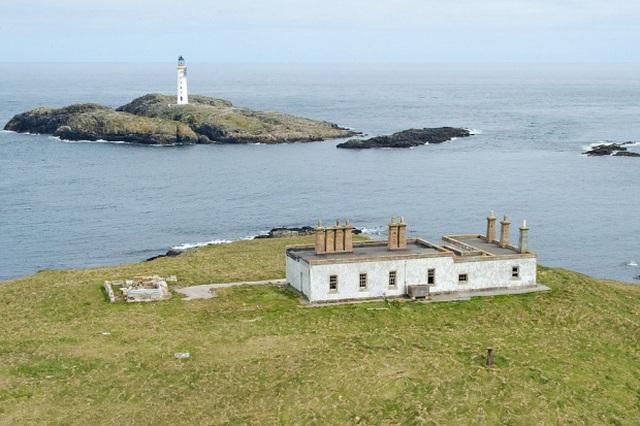 Hòn đảo này sở hữu hai bãi biển và hai ngôi nhà cũ gần ngọn hải đăng, được xây dựng bằng gạch. Ngoài ra còn có một khu vườn có tường bao quanh và đồng hồ mặt trời.