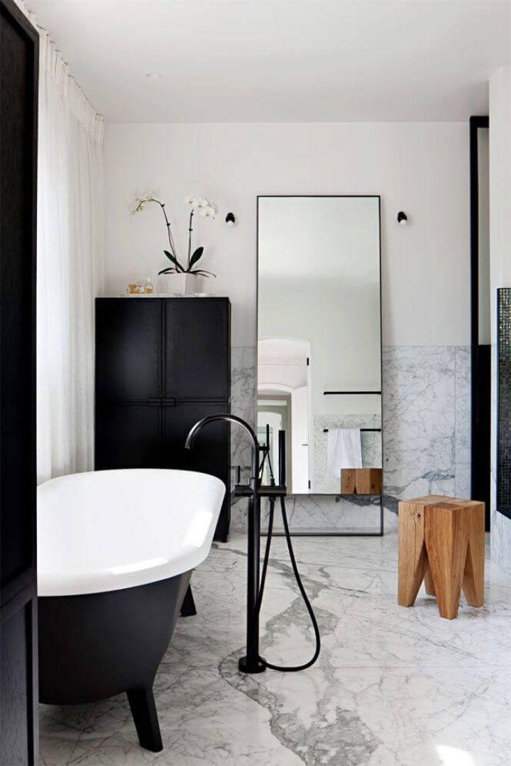 Gạch ốp nhà vệ sinh đẹp chất liệu đá cẩm thạch nền trắng vân đen